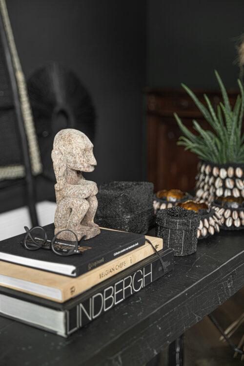 decor van boeken en beeldje met zwarte achtergrond