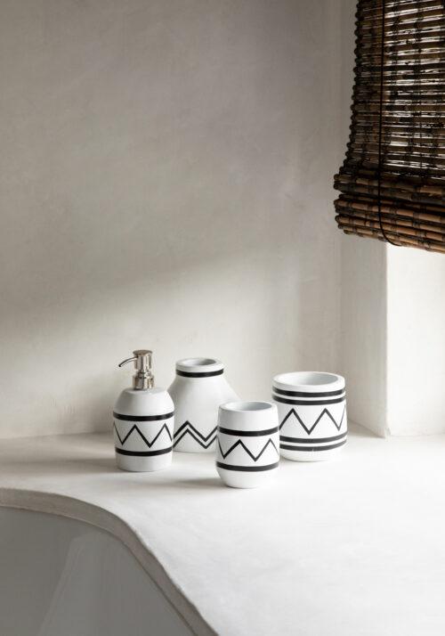 vier vasen en zeeppompje in wit met zwart motief