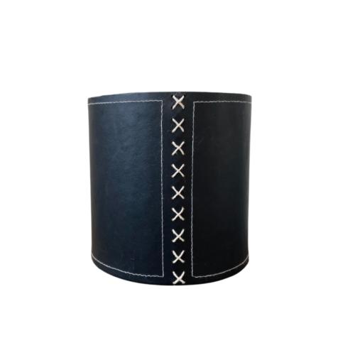 wco zwarte bloempot met steekkruis