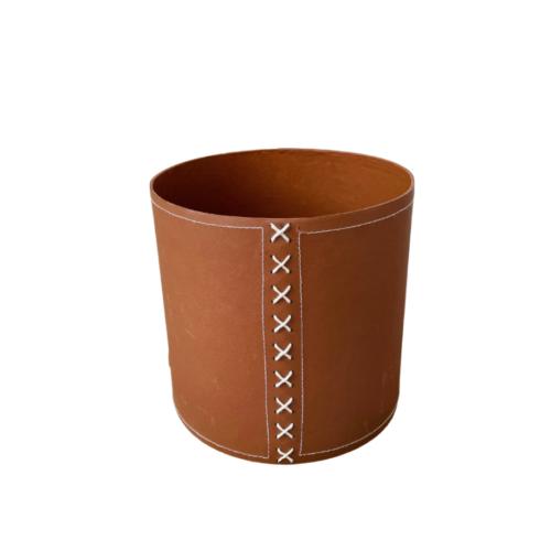 eco plantenpot van boven in cognackleur met witte kruissteek