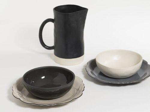 tafelsettig van borden en kommen in grijs, wit en zwart