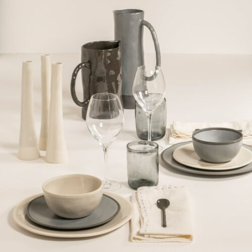 tafelsetting met borden vazen en kannen