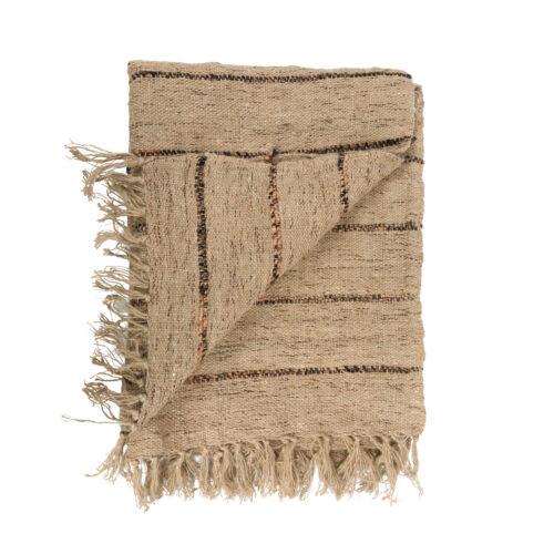 plaid in bruin met zwarte streep opgevouwen met vouw