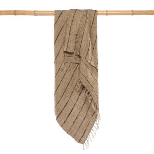 bruin plaid hangend over bamboe stok