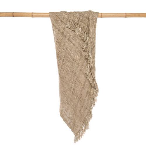 beige katoenen plaid hangend op bamboe stok