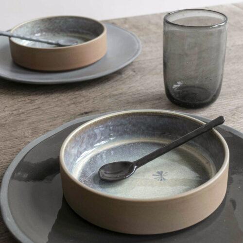 schalen op borden op houten tafel