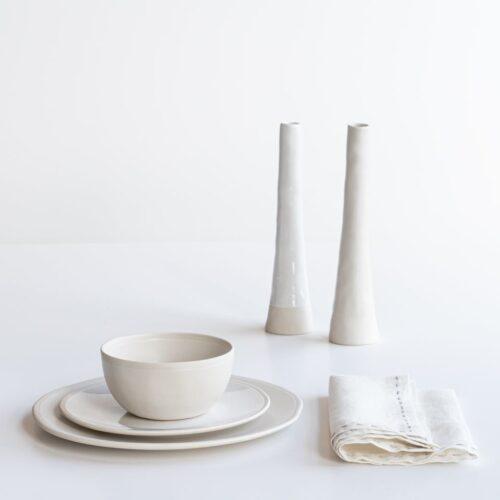 wit beeld met borden, schaal en vazen