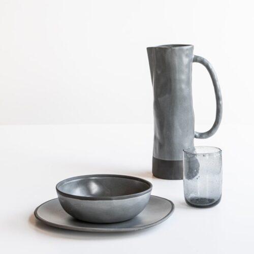 setting van bord, kom, glas en kan in grijstinten