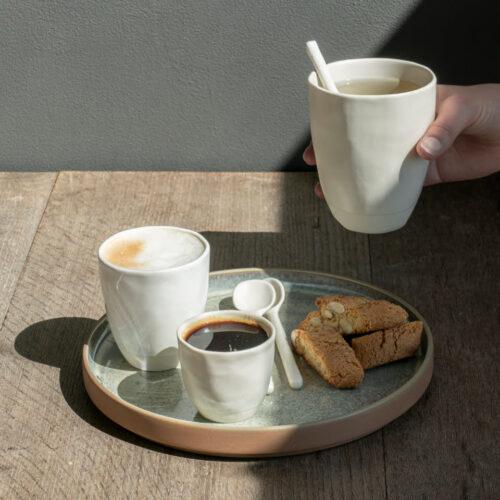schaal met koffie, thee en koekjes op houten tafel