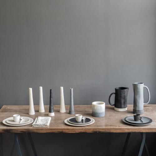 tafelsetting met vazen, borden en karaffen