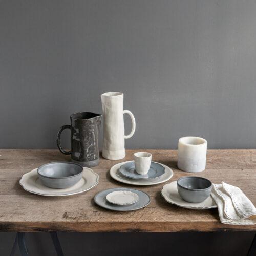 tafelsetting van borden en kannen op houten tafel