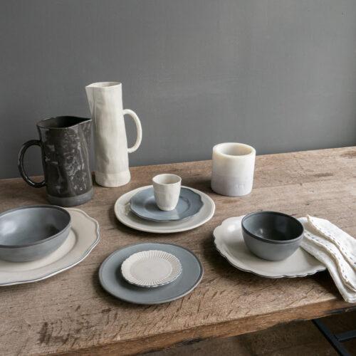 tafelsetting met diverse borden en kommen, kannen en kaars