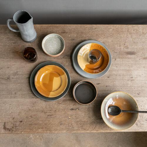 topshot van vintage borden op houten tafel