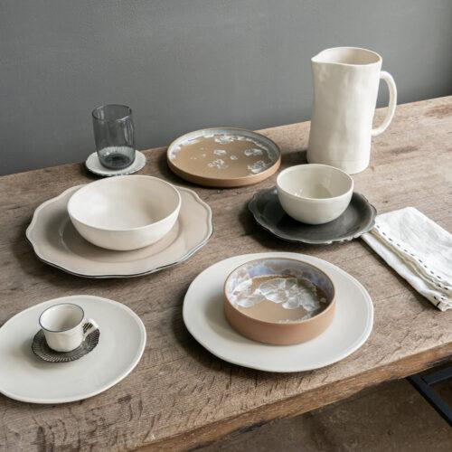 tafelsetting met borden, kop en schotel, kommen en glazen