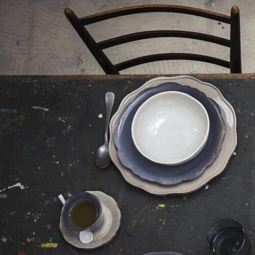 foto van boven met borden en kop en schotel op tafel