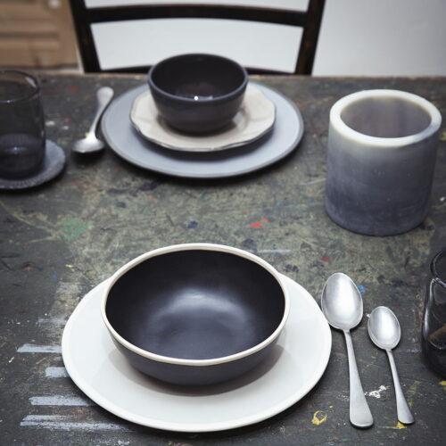 gedekte tafel voor twee personen met borden en kommen