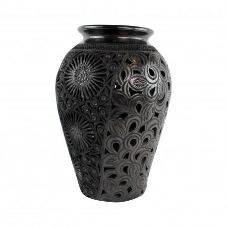 grote zwarte vaas open bewerkt met bloemen