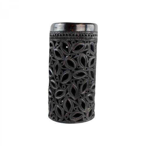 Zwarte opengewerkte vaas op witte achtergrond
