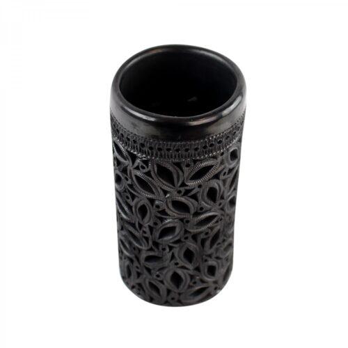 zwart opengewerkte vaas van bovenaf gefotografeerd op witte achtergrond