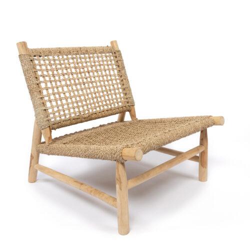 houten stoel met gevlochten sisal op witte achtergrond
