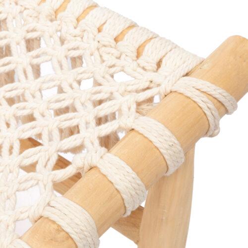 een detail van een een stoel van teakhout en geweven wit katoen