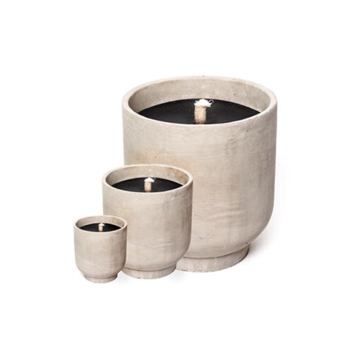 drie kaarsen van beton met zwarte kaars op witte achtergrond