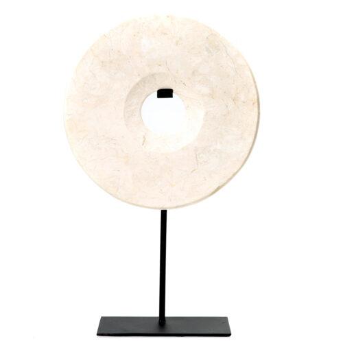 witte ronde marmeren decoratiestuk op een zwarte standaard