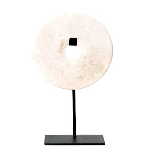 decoratiestuk van wit marmer op een zwarte standaard