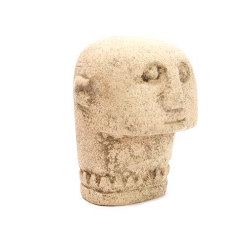 handgemaakt zandsteen beeldje van een man op een witte achtergron