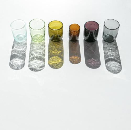 Bubbleglazen in rechte lijn van bovenaf in divere kleuren