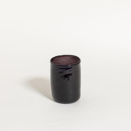 Donkerkleurig handgeblazen glas op witte achtergrond