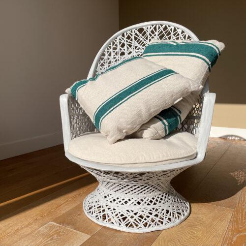 witte opengewerkte stoel met lussens op houten vloer